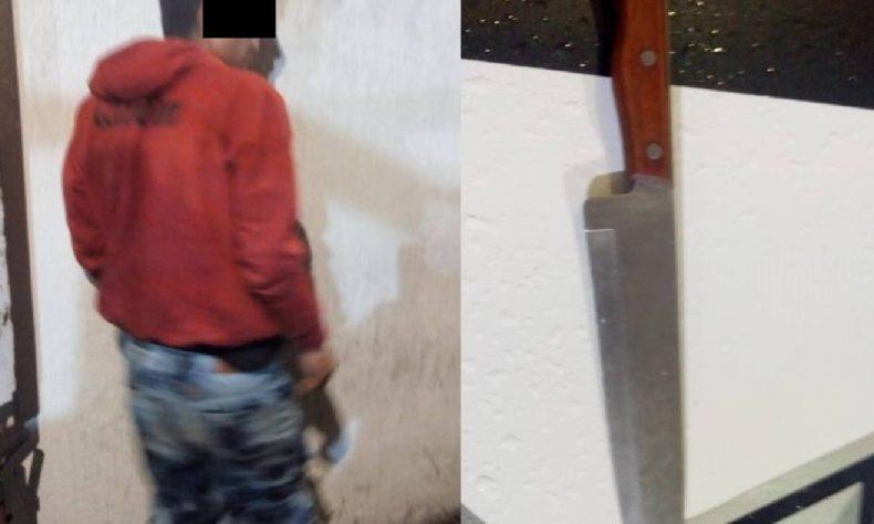 Los polis lograron someter a Jaime de 18 años y quitarle el cuchillo de aproximadamente 30 centímetros.