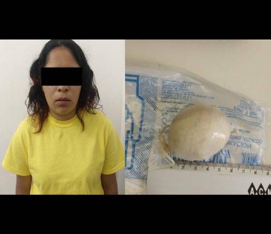 Al verse descubierta, ella misma entregó a los uniformados un envoltorio plástico que llevaba escondido en sus partes íntimas