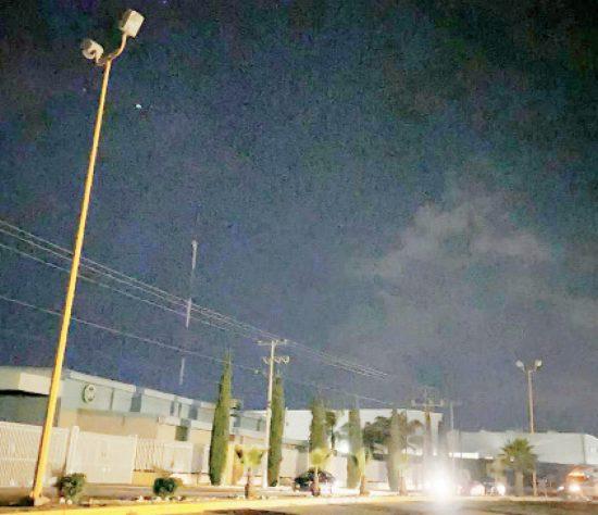 Meeeses sin luz en la avenida Japón del parque industrial.