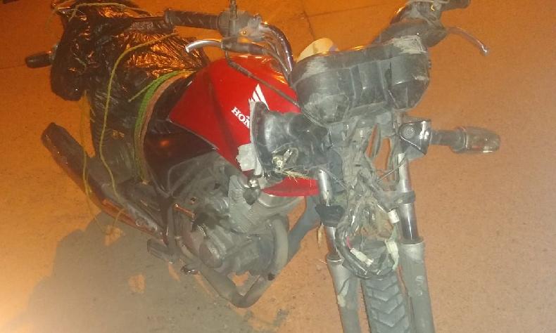 Muere un hombre abordo de su moto