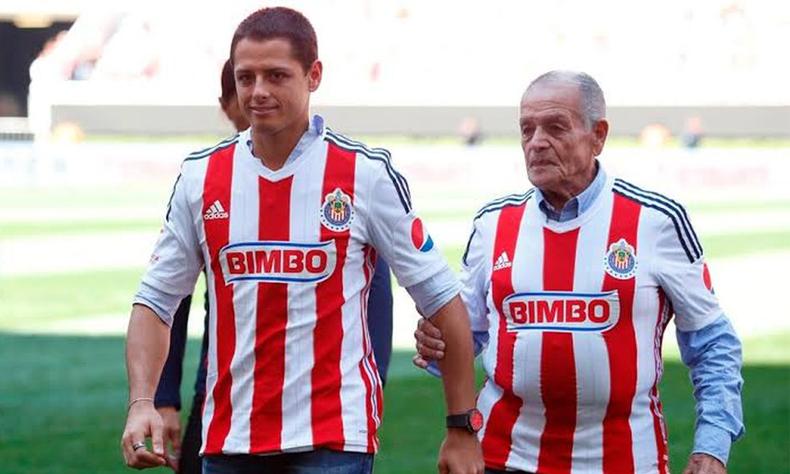Chicharito al lado de su abuelo, Tomás Balcázar.