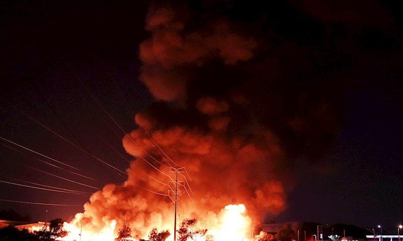 Fotografía de un incendio en la Central de Abastos este martes en Ciudad de México