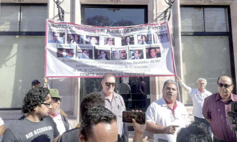 Miembros de Morena a las afueras del Congreso Estatal.