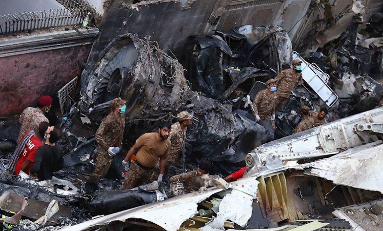 El avión se estrelló cerca de la ciudad de Karachi.