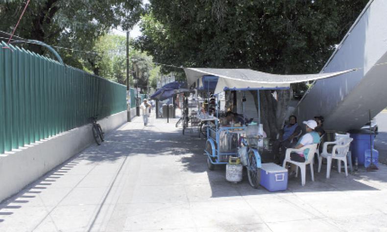 Vendedores ambulantes se quedan sin comensales afuera de la Clínica 1.