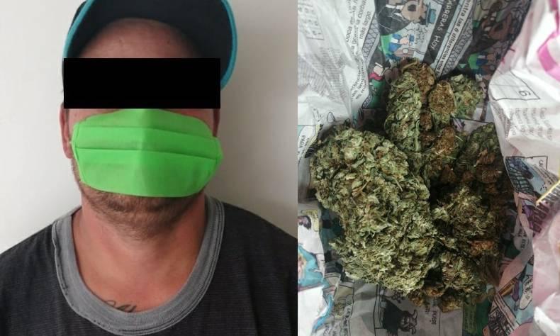 Tras una revisión le localizaron entre sus pertenencias una bolsa con marihuana.