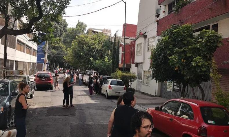 La gente salió de sus casas luego de escuchar la alerta sísmica en la CDMX.
