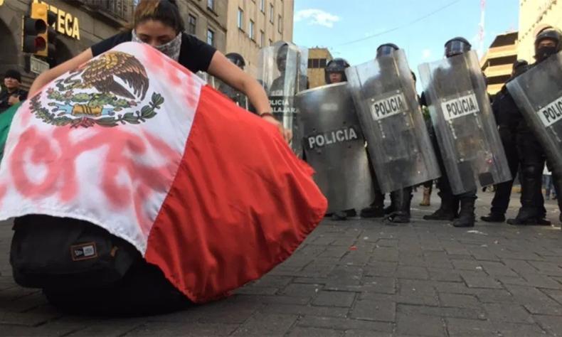La manifestación tras el asesinato de Giovanni López en Guadalajara escaló hasta una protesta violenta, el gobernador de Jalisco acusa al Gobierno Federal de orquestar la violencia.