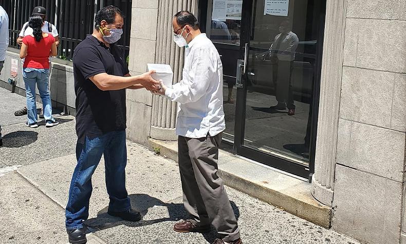 Personal del Consulado General de México en Nueva York, entregando restos de familiares fallecidos por COVID-19.