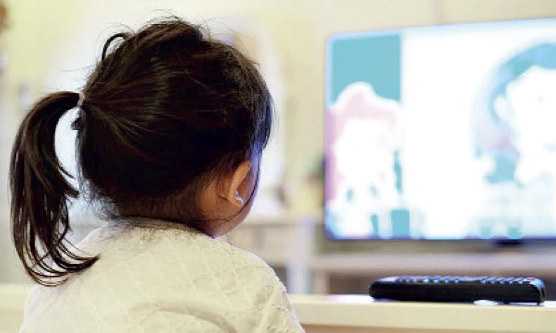 Jóvenes universitarios ofrecen asesorías a los más pequeños para ayudarlos con sus clases virtuales.