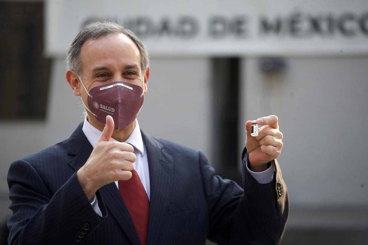 Hugo López-Gatell, subsecretario de Prevención y Promoción de la Salud, muestra la vacuna contra el covid-19
